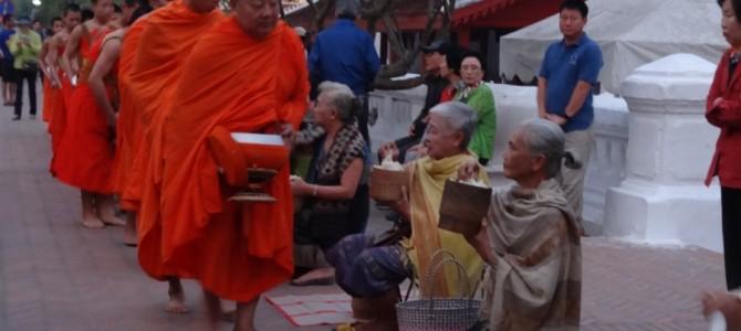 【世界遺産】朝の光景 ルアンパバーンの托鉢と朝市