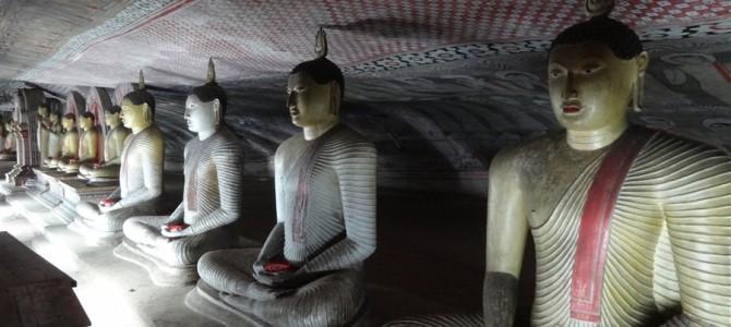 【世界遺産】ダンブッラ石窟寺院と初めてのヒッチハイク成功(2回連続)でローズクォーツの山