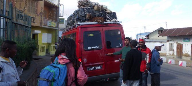 これが最後。またまたまたタクシー・ブルース乗ります。アンタナナリボに帰ります。その一部始終